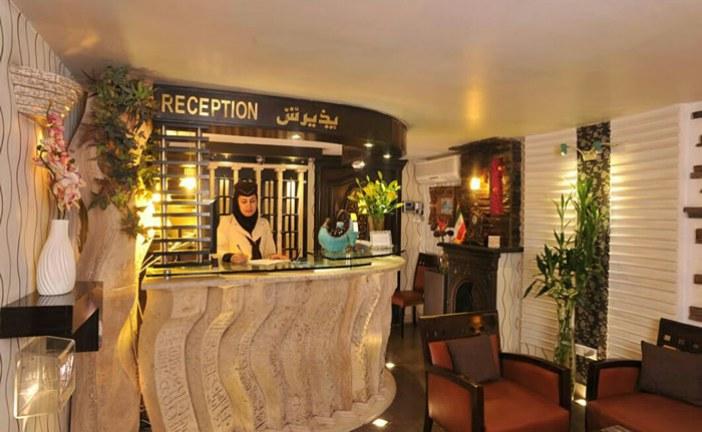 تحصیلات ، درآمد و وضعیت استخدام متصدی پذیرش هتل چگونه است؟